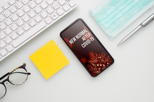 Smartphone de maquete para o novo normal após o conceito covid-19