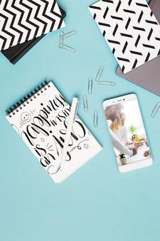Smartphone e maquete do bloco de notas