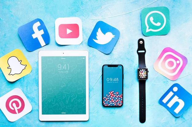 Smartphone e tablet maquete com conceito de mídia social