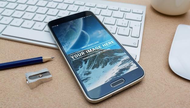 Smartphone moderno deitado em um teclado mockup