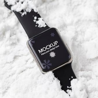 Smartwatch de vista superior na neve