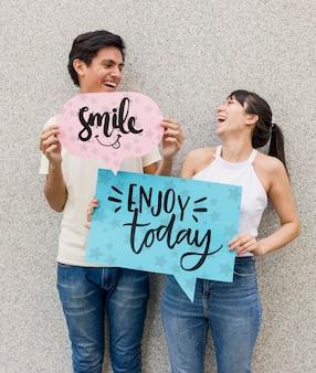 Smiley homem e mulher posando