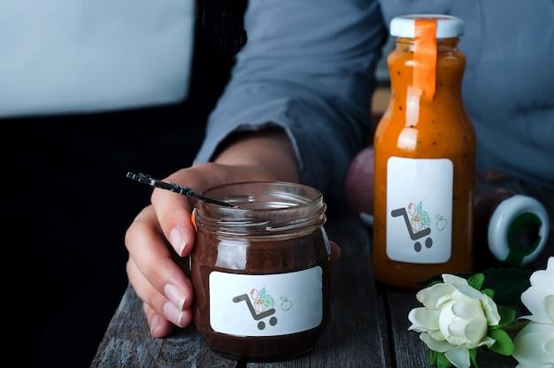 Sobremesa de pudim de chocolate de crianças em maquete de jar