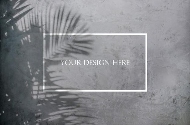 Sombra em folha de palmeira na parede de concreto rachado