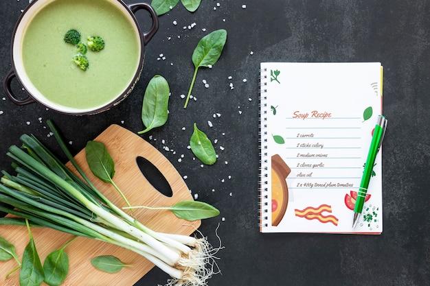 Sopa com arranjo de ingredientes e maquete de receita