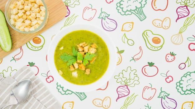 Sopa fresca com nutrientes e croutons