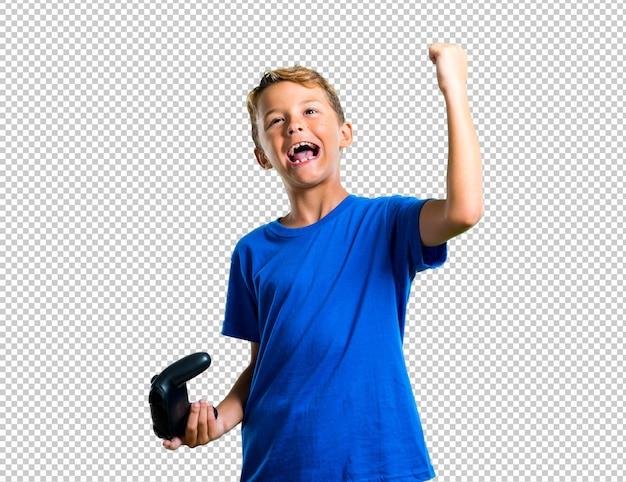Sorte criança jogando no console