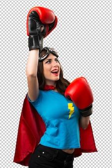 Sorte garota muito super-herói com luvas de boxe
