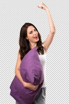 Sorte menina linda com um travesseiro