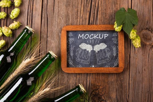 Sorteio de caneca de mock-up e garrafas com cerveja ao lado
