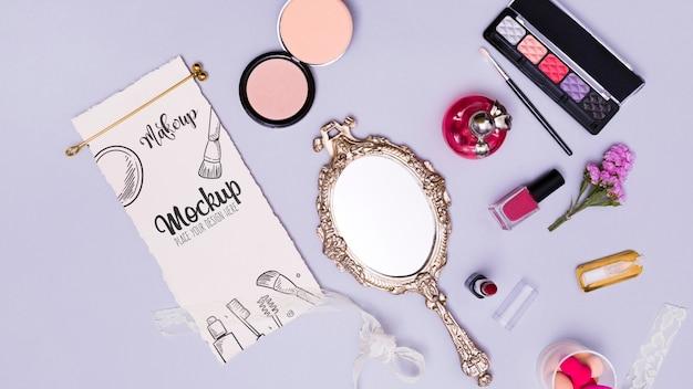 Sortimento de vista superior de maquiagem e maquete de espelho