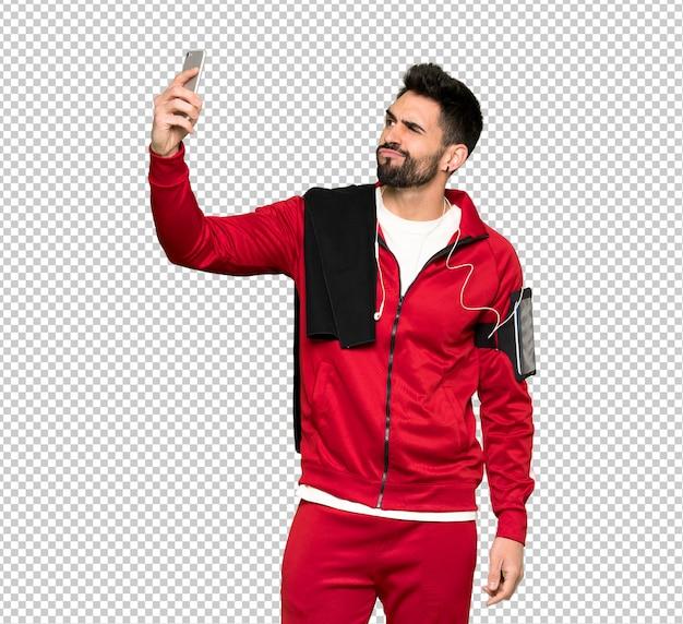 Sportman bonito fazendo uma selfie