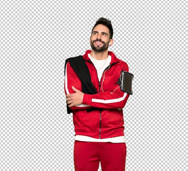 Sportman bonito olhando para cima enquanto sorrindo