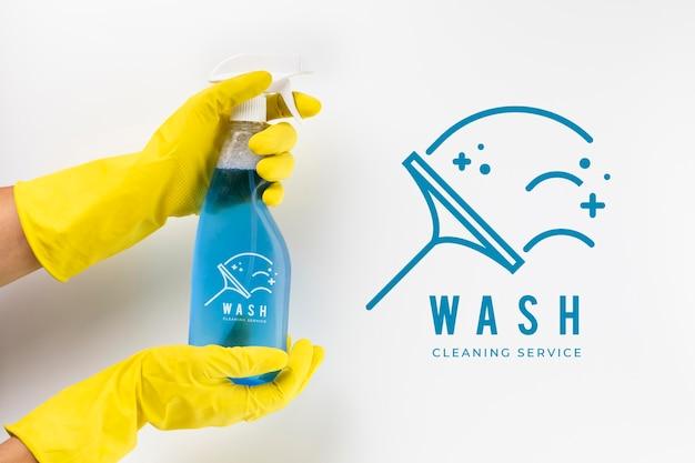 Spray de detergente e luvas de proteção
