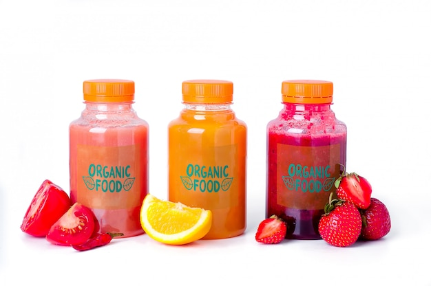 Sucos de vegetais de frutas frescas e saudáveis em uma garrafa de plástico mock up