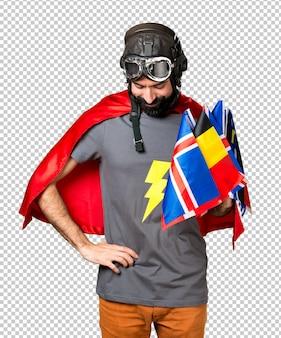 Super-herói com um monte de bandeiras, olhando para baixo