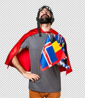 Super-herói com um monte de bandeiras olhando para cima