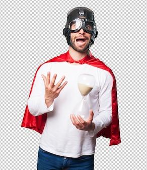 Super herói segurando um relógio de areia