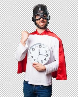 Super herói segurando um relógio