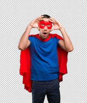 Super-herói surpreso com um gesto de busca