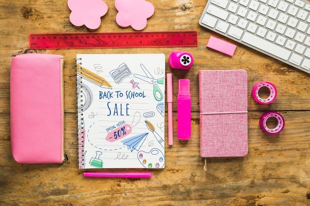Suprimentos rosa para voltar ao arranjo escolar