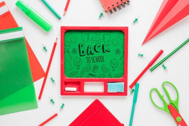 Suprimentos vermelho e verde para voltar à escola