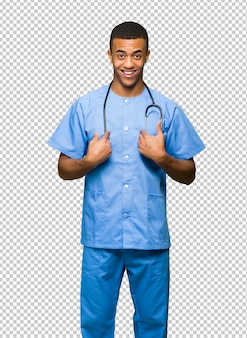 Surgeon doctor man com expressão facial de surpresa