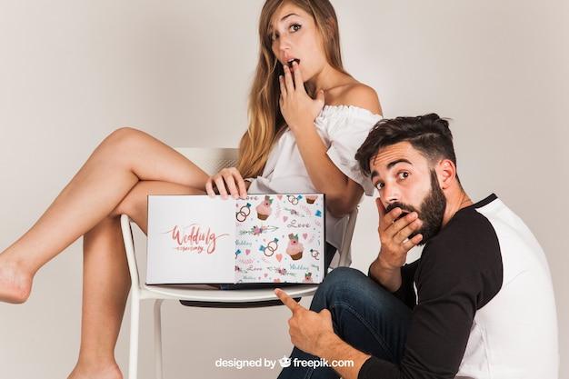 Surpreendido casal apresentando livro