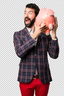 Surpresa homem bem vestido, segurando um piggybank