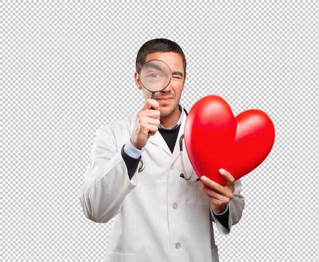 Surpreso médico usando uma lupa contra fundo branco