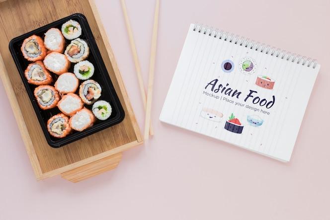 Sushi de postura plana com pauzinhos