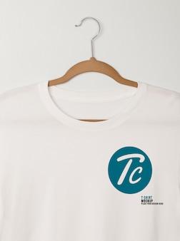Suspensão de maquete de camisetas brancas em branco