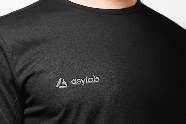 T-shirt bordado de roupas de maquete de logotipo