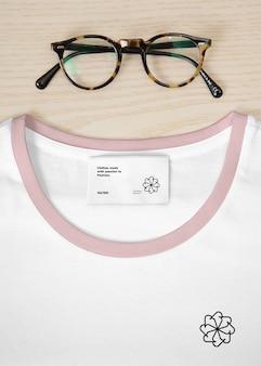 T-shirt com maquete de etiqueta