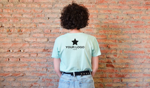T-shirt da parte traseira do logotipo de maquete (cor editável)