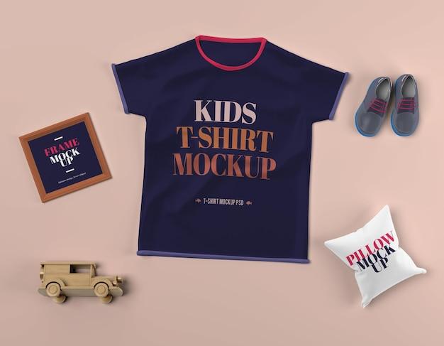 T-shirt infantil mockup psd com sapatos e travesseiro