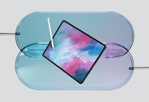 Tablet com caneta no suporte de vidro