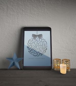 Tablet com decorações de natal ao lado