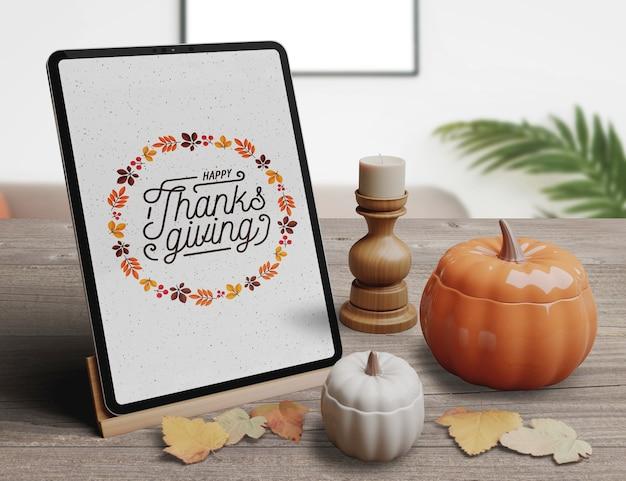 Tablet com design elegante para organização de restaurante no dia de ação de graças