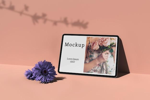 Tablet com foto e flores