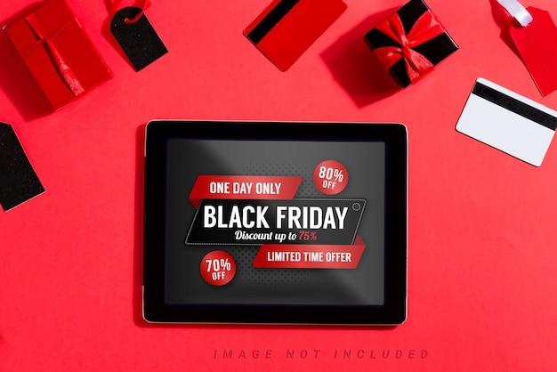 Tablet com maquete de sexta-feira preta na tela e acessórios de compras