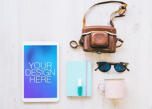Tablet com maquete de vários elementos vintage