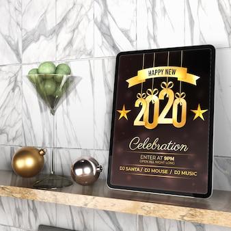 Tablet com mensagem de ano novo na prateleira