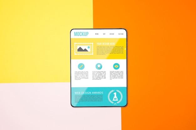 Tablet com vista superior em fundo colorido