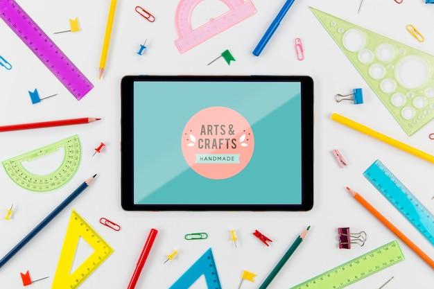 Tablet de vista superior e material escolar com maquete