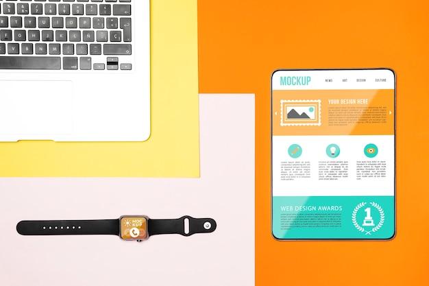 Tablet digital de vista superior e maquete de laptop