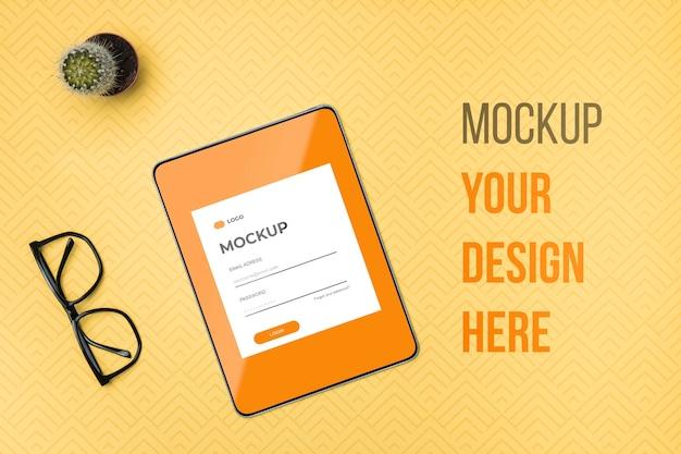 Tablet digital de vista superior e maquete de óculos de leitura