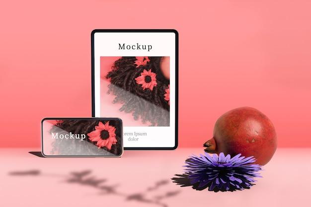 Tablet e smartphone com romã e flor