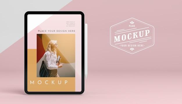 Tablet futurista com maquete de tela