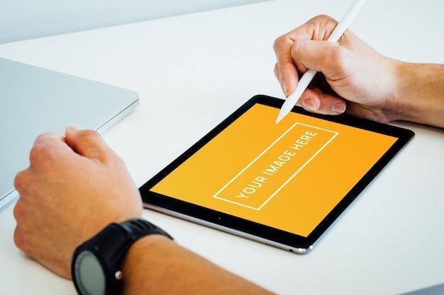 Tablet maquete na mão em casa
